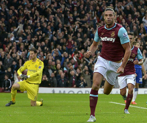 Carroll ghi bàn giúp West Ham đánh bại Chelsea hồi đầu mùa.