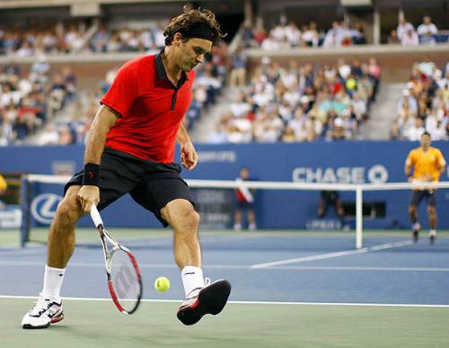 Federer thực hiện một cú tweener. Ảnh: AFP.
