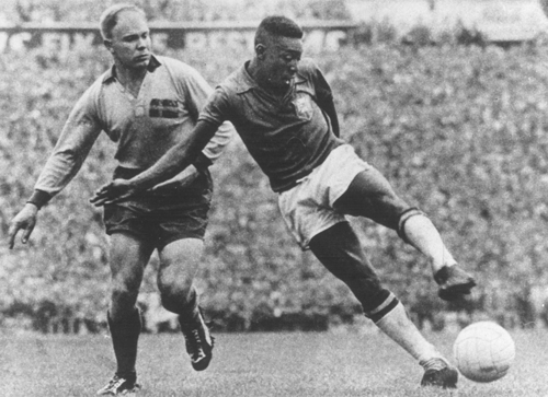 Huyền thoại Pele chinh phục người hâm mộ thế giới không chỉ bằng khả năng dẫn bóng tài tình mà còn bởi tinh thần khát khao vượt khó của mình.