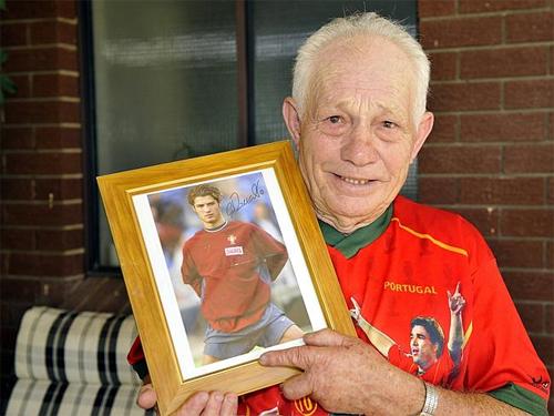 Cụ Vivieros chụp cùng bức ảnh của cháu ngoại vào năm 2009.