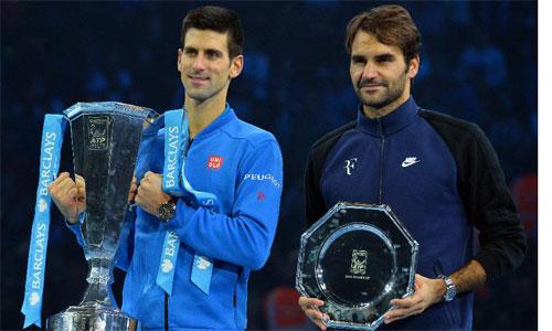 Federer (phải) đang tiến rất gần mốc 100 triệu đôla tiền thưởng nhưng có nguy cơ bị Djokovic qua mặt. Ảnh: AFP.