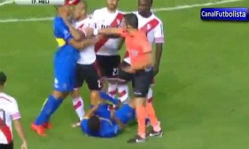 Tevez (nằm sân) ôm mặt sau khi bị Maidana húc đầu.
