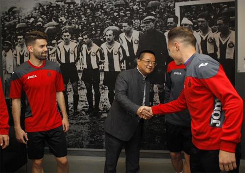 Yansheng (giữa) bắt tay các cầu thủ Espanyol trong buổi ra mắt hôm 22/1 tại trụ sở đội bóng.