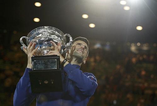 Djokovic bên danh hiệu Australia Mở rộng thứ sáu. Ảnh: Reuters.