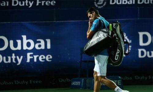 Djokovic rời sân với mắt phải bị đau. Ảnh: AFP.