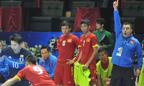 HLV Bruno (bìa phải) cho rằng trận chiến với Nhật Bản lấy đi của Việt Nam quá nhiều. Ảnh: AFC.
