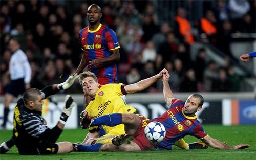Mascherano (phải) khi tung cú xoạc ngăn Bendtner ghi bàn. Ảnh: Reuters
