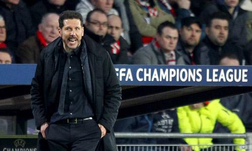 Simeone chỉ đạo Atletico trong trận đấu với PSV. Ảnh: Reuters.
