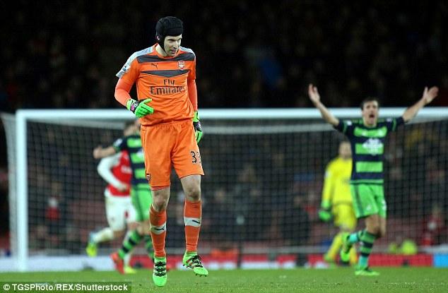 Cech-dinh-chan-thuong-trong-tran-gap-Swansea