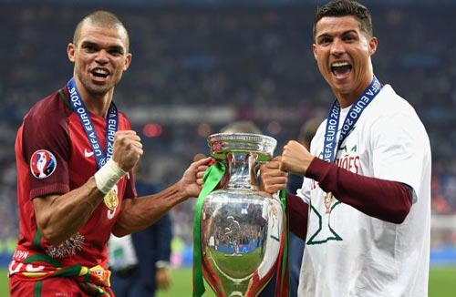 1472089259-pepe-and-cristiano-ronaldo-holding-the-european-championship-trophy-500