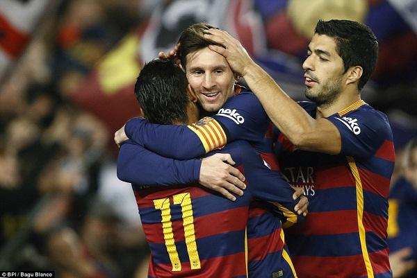 Cú ăn ba của Messi Siêu sao của Barcelona trên đường đua lịch sử